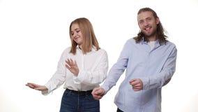 Bella donna castana e dancing bello dell'uomo alla prima data isolata su fondo bianco stock footage