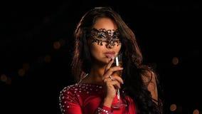 Bella donna castana in vetro di champagne archivi video