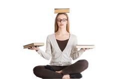 Bella donna casuale che si siede con i libri sulle palme e sulla testa, doi Immagini Stock Libere da Diritti