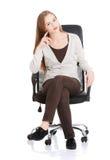 Bella donna casuale che si siede su una sedia. Fotografia Stock