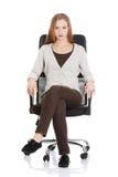 Bella donna casuale che si siede su una sedia. Immagini Stock Libere da Diritti