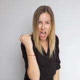 Bella donna caucasica castana in blusa del nero scuro con il bri Fotografia Stock Libera da Diritti