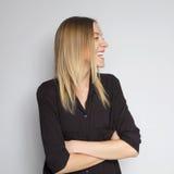 Bella donna caucasica castana in blusa del nero scuro con il bri Immagine Stock Libera da Diritti