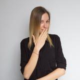 Bella donna caucasica castana in blusa del nero scuro con il bri Fotografie Stock Libere da Diritti