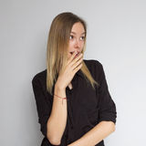 Bella donna caucasica castana in blusa del nero scuro con il bri Immagine Stock