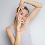 Bella donna caucasica castana in blusa grigia con il em luminoso Fotografia Stock