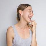 Bella donna caucasica castana in blusa grigia con il em luminoso Immagini Stock Libere da Diritti