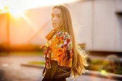 Bella donna caucasica che cammina sulla strada di autunno immagini stock libere da diritti