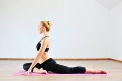 Bella donna caucasica che esercita yoga all'interno Fotografie Stock Libere da Diritti