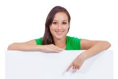 Bella donna caucasica che tiene un segno in bianco Fotografia Stock Libera da Diritti