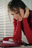 Bella donna caucasica di depressione con un telefono Fotografia Stock