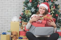 Bella donna caucasica sorridente, in cappello rosso di Santa, uomo dell'abbraccio immagini stock libere da diritti
