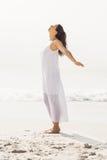 Bella donna che allunga sulla spiaggia Fotografie Stock Libere da Diritti