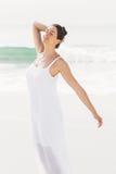 Bella donna che allunga sulla spiaggia Fotografie Stock