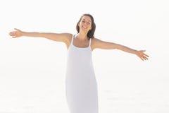 Bella donna che allunga sulla spiaggia Fotografia Stock Libera da Diritti