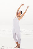 Bella donna che allunga sulla spiaggia Immagini Stock Libere da Diritti