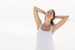 Bella donna che allunga sulla spiaggia Fotografia Stock