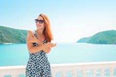 Bella donna che applica la crema della protezione solare Vestito d'uso da stile di vita operato vivente di signora in vacanza Vis fotografia stock
