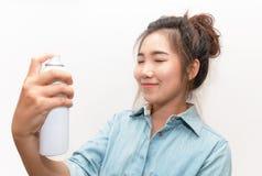 Bella donna che applica trattamento delle acque naturale dello spruzzo sul fronte Immagine Stock