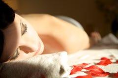 Bella donna che aspetta un massaggio della stazione termale distendasi immagine stock