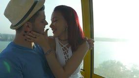Bella donna che bacia il suo ragazzo una teleferica alla spiaggia stock footage