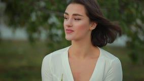 Bella donna che beve frullato verde all'aperto, concetto della disintossicazione archivi video