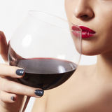 Bella donna che beve le labbra rosse di wine.wineglass.red fotografia stock
