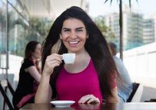 Bella donna che beve un caffè in un ristorante immagini stock