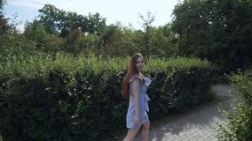 Bella donna che cammina con l'umore romantico nel parco di estate stock footage