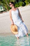 Bella donna che cammina lungo la spiaggia Fotografia Stock