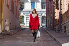 Bella donna che cammina nella vecchia città di Tallinn Fotografia Stock Libera da Diritti
