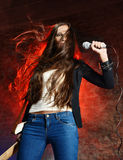 Bella donna che canta sulla scena Fotografia Stock Libera da Diritti