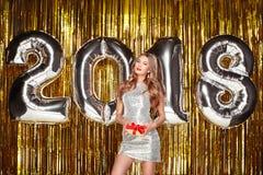 Bella donna che celebra nuovo anno Immagini Stock