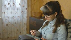 Bella donna che compera online con la carta di credito e la compressa Fotografia Stock Libera da Diritti