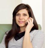 Bella donna che comunica sul pfone Fotografie Stock Libere da Diritti