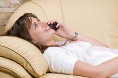 Bella donna che comunica sul telefono fotografie stock