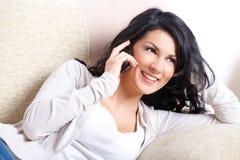 Bella donna che comunica sul telefono immagine stock libera da diritti