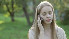 Bella donna che comunica sul telefono stock footage
