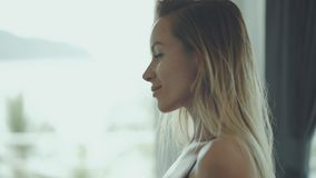 Bella donna che controlla la sua forma sexy del corpo in uno specchio archivi video