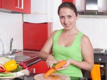 Bella donna che cucina alimento sano Immagini Stock Libere da Diritti
