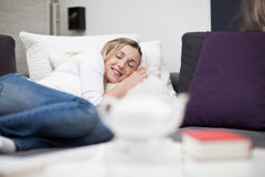 Bella donna che dorme a letto Immagine Stock