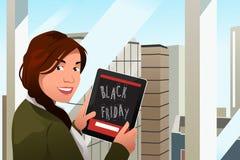Bella donna che esamina il PC della compressa per l'acquisto di Black Friday Fotografie Stock