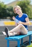 Bella donna che fa allenamento del centro ad uno stadio Fotografia Stock