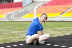 Bella donna che fa allenamento del centro ad uno stadio Fotografia Stock Libera da Diritti