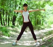 Bella donna che fa allungando esercitazione Fotografie Stock