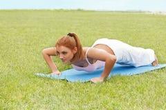 Bella donna che fa allungando esercizio contro la natura Backgro Fotografia Stock Libera da Diritti