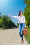 Bella donna che fa auto-stop Fotografia Stock