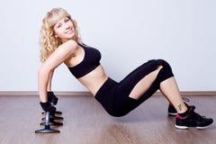 Bella donna che fa esercitazione di forma fisica Fotografie Stock