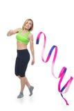 Bella donna che fa esercizio di sport con il nastro relativo alla ginnastica Fotografia Stock