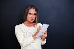 Bella donna che fa le note in blocco note Immagine Stock